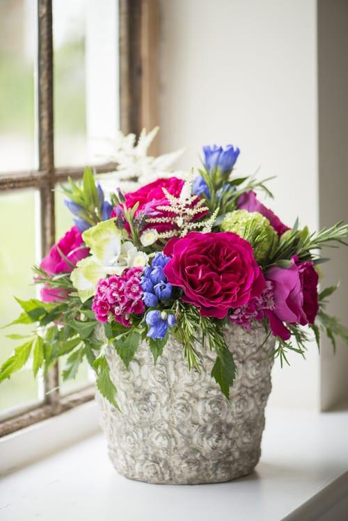 Kate-cottage-garden-arrangemt-in-stone-vase-David-Austin-Roses