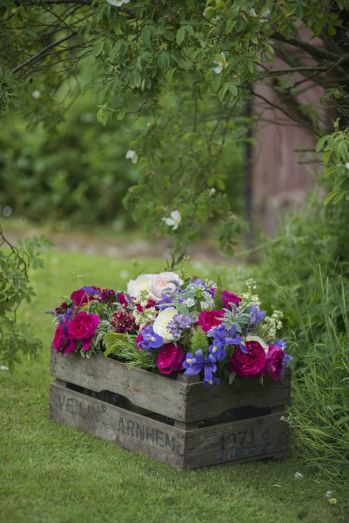 Mixture-of-roses-in-antique-crate-David-Austin-Roses