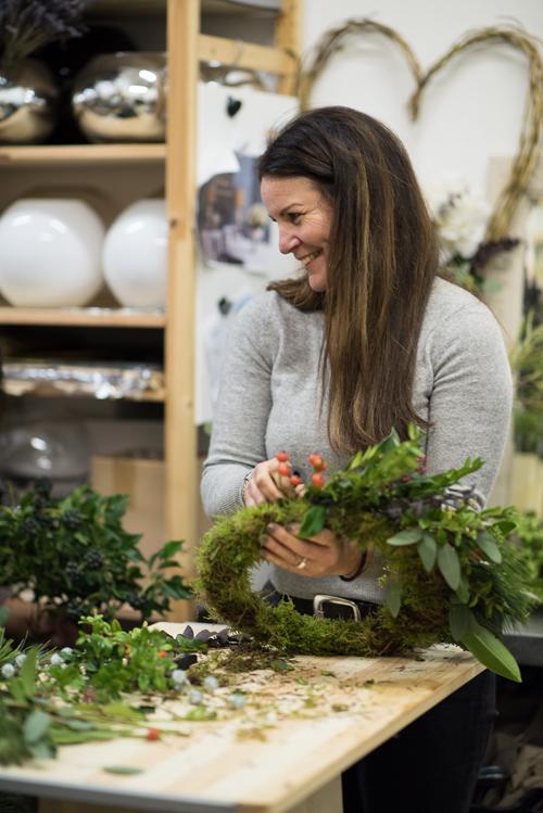 Blue-Sky-Flowers-Christmas-Wreath-Making-Workshop-Julie-Michaelsen-Photography-Flowerona-15